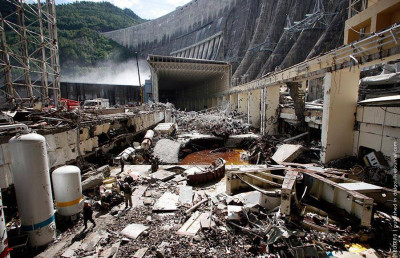 Машинный зал Саяно-Шушенской ГЭС после аварии