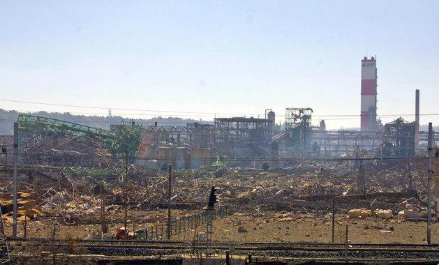 Руины комбината AZF и уцелевшая труба